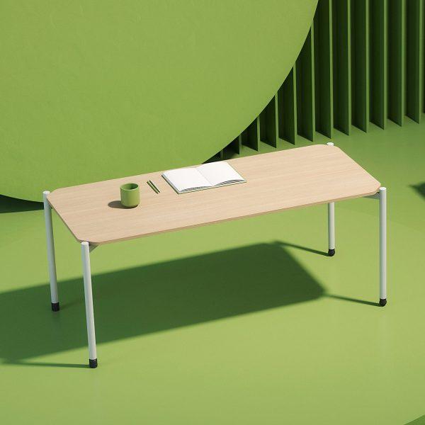 Mesa Grupp color roble sobre fondo verde