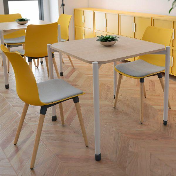 Sillas de polipropileno con patas de madera para restaurante