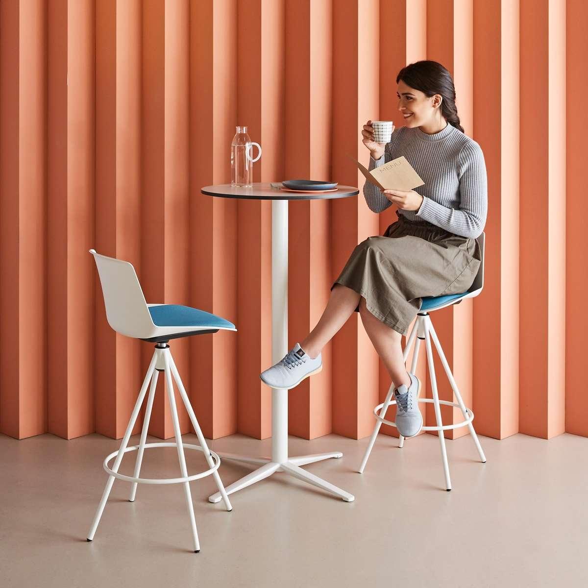 taburetes y mesa alta para cafetería