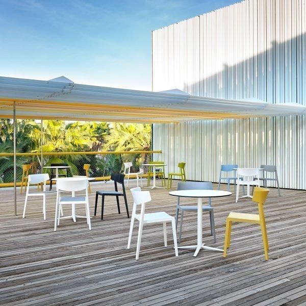 Terraza con mesas Tabula y sillas Wing