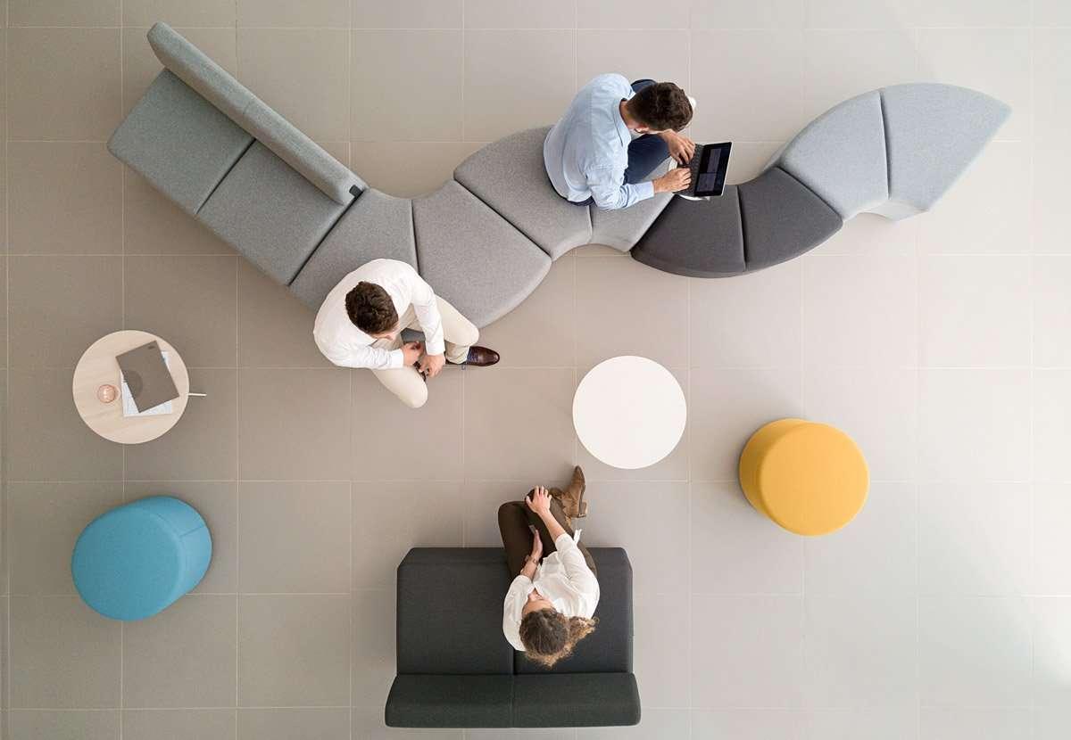 sofás de oficina coworking para trabajo en grupo