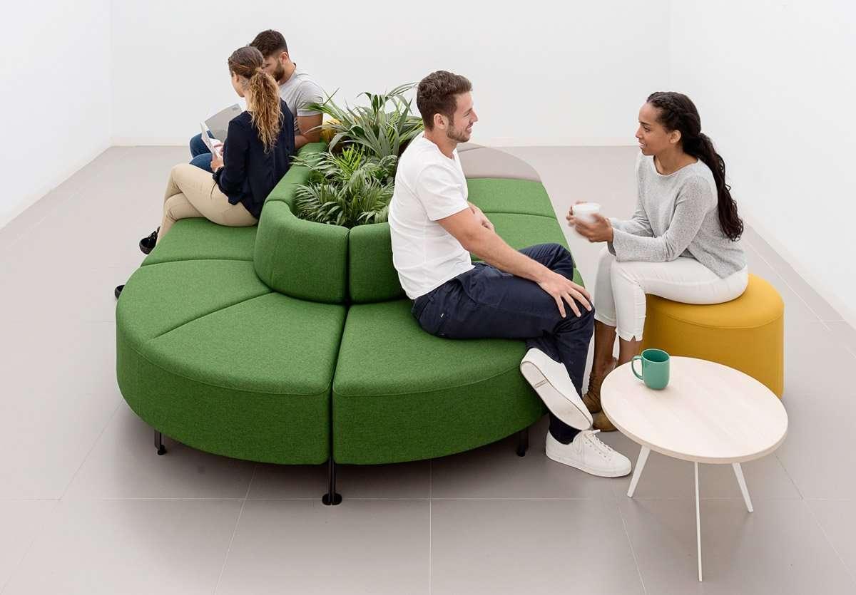 sofá de oficina para compartir ideas