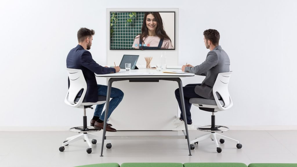 mesa alta de oficina para videoconferencia