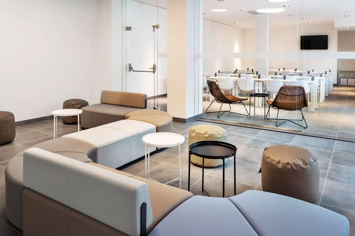 Equipamiento de las zonas comunes del Hotel B&B Lisboa Aeroporto - sofa bend